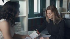En la oficina, una mujer joven se entrevista con en un jefe femenino metrajes