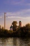 En la opinión del agua de la iglesia rusa vieja Imagen de archivo libre de regalías
