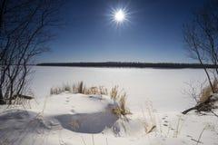 En la orilla de un río congelado Imagen de archivo libre de regalías