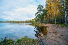 En la orilla del lago Autumn Landscape Foto de archivo