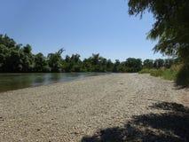 En la orilla del río Fotos de archivo