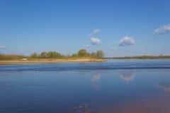 En la orilla del río imagenes de archivo