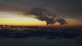 En la oscuridad, la ciudad parece un mundo mágico El humo es muy peligroso y malo almacen de metraje de vídeo
