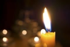 En la oscuridad de la luz de la vela con la estatua borrosa de Buda en el fondo Imágenes de archivo libres de regalías
