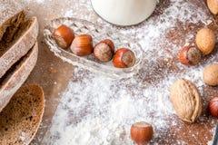 En la panadería, aún la vida con pan, las nueces y la harina Fotos de archivo libres de regalías