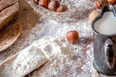 En la panadería, aún la vida con pan, las nueces y la harina Fotografía de archivo