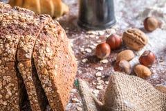 En la panadería, aún la vida con pan, las nueces y la harina Imágenes de archivo libres de regalías