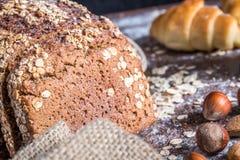 En la panadería, aún la vida con pan, las nueces y la harina Foto de archivo