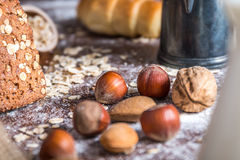 En la panadería, aún la vida con pan, las nueces y la harina Imagenes de archivo