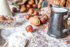 En la panadería, aún la vida con pan, las nueces y la harina Foto de archivo libre de regalías