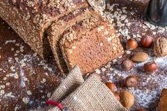 En la panadería, aún la vida con pan, las nueces y la harina Imagen de archivo
