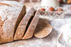 En la panadería, aún la vida con pan, las nueces y la harina Imagen de archivo libre de regalías