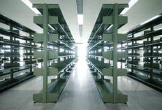 En la parte positiva, estantes de acero Fotos de archivo