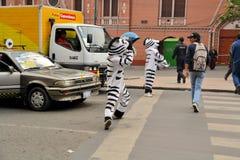 En La Paz, los trabajadores de Bolivia vestidos como cebras enseñan Foto de archivo libre de regalías