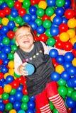 En la piscina con las bolas Fotografía de archivo libre de regalías