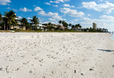 En la playa con arena-Nápoles fina, la Florida Fotos de archivo