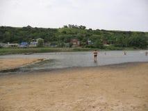 En la playa del lago del fango en Golubitskaya Rusia Imagenes de archivo