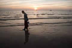 En la playa los locals Fotografía de archivo
