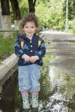 En la primavera de la niña divertida que se coloca en una piscina del caucho Fotografía de archivo libre de regalías