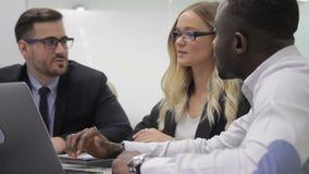 En la reunión de la oficina de la gente multiétnica para inspirarse en espíritu emprendedor almacen de metraje de vídeo