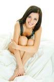 En la ropa blanca de la cama Fotografía de archivo