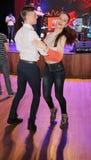 En la sala de baile estudio joven de un par de bailarines del baile de salón de baile funcionamientos del ensayo en la escena del Foto de archivo libre de regalías