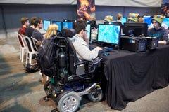 En la silla de ruedas que compite en el torneo del ordenador Imágenes de archivo libres de regalías