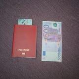 En la tabla al lado de quinientos euros, el pasaporte en el cual t imágenes de archivo libres de regalías