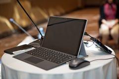 En la tabla del ordenador de la conferencia fotos de archivo libres de regalías
