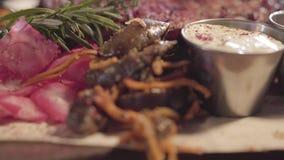 En la tabla en el restaurante sea listo para servir sirvió maravillosamente la carne, el quelpo, las salsas, el jengibre, el rome almacen de video