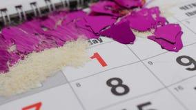 En la tabla es el calendario de diciembre del Año Nuevo El viento sopla nieve del calendario y el número aparece en enero almacen de video