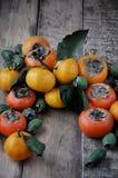 En la tabla mandarines de un caqui fresco, del feijoa y de la fruta cítrica Guirnalda de la fruta Imagen de archivo