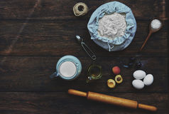 En la tabla puesto ingredientes marrones para cocinar Foto de archivo libre de regalías