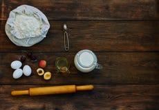 En la tabla puesto ingredientes marrones para cocinar Imágenes de archivo libres de regalías