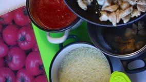 En la tabla son los ingredientes para hacer los fideos hervidos sopa del tomate, los pedazos del pollo frito y el puré del tomate metrajes