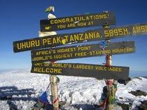 En la tapa de Mt. Kilimanjaro. imagen de archivo libre de regalías