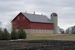 En ladugård och en silo Arkivbilder