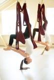 En lagd benen på ryggen bro poserar i hängmatta Arkivbild