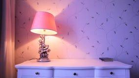 En lampa på en vit tabell arkivfilmer