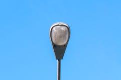 En lampgata, elektricitetsbransch på blå himmel Arkivfoton