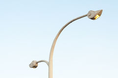 En lampgata, elektricitetsbransch på blå himmel Royaltyfri Bild