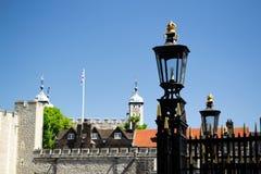 En lampstolpe framme av tornet av London arkivfoto