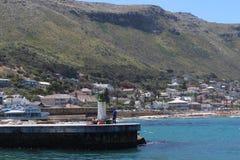 En landskapsikt av den Kalk fjärdhamnen i Cape Town arkivfoton