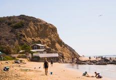 En landskapsikt av stranden och den stora klippan på Crystal Cove i den Newport kusten, Kalifornien arkivfoto