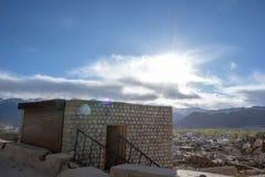 En landskapsikt från den Leh slotten med den bästa sikten för Leh stad, Leh Ladakh, Indien royaltyfria bilder