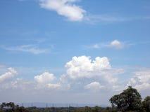 En landskapsikt med berget och kraftledningar Arkivfoto
