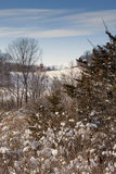 En landskyrka i vintern arkivbilder