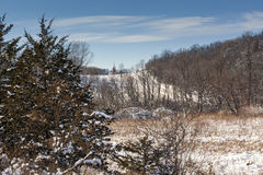 En landskyrka i vintern arkivfoto