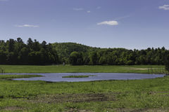 En landsplats med blå himmel Royaltyfri Fotografi