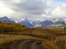 En landsväg till bergen Royaltyfri Fotografi